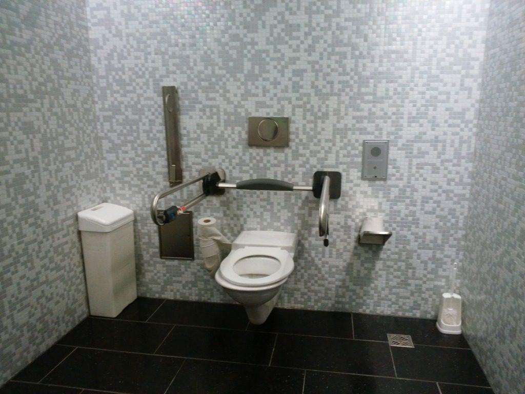 空港到着ロビー近くのトイレ