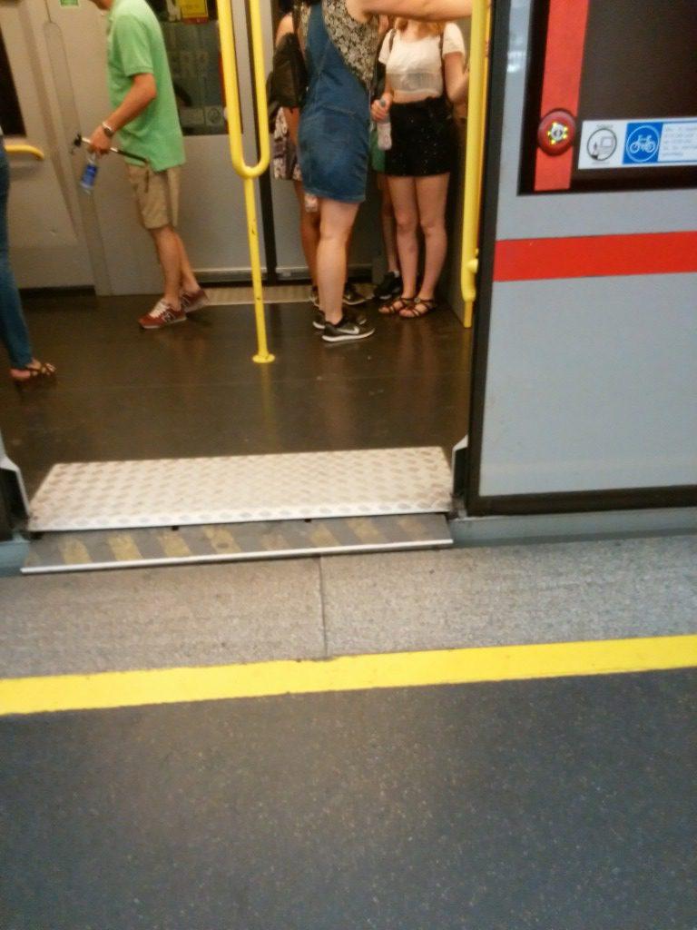 地下鉄の自動で出てくるスロープ