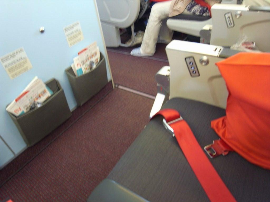 オーストリア航空エコノミー 足元の広い席
